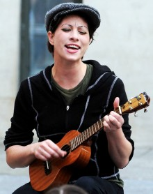 amanda-palmer-plays-an-intimate-outdoor-gig-02.jpg
